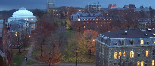 Facultad de Artes iluminada de la Universidad de Cornell